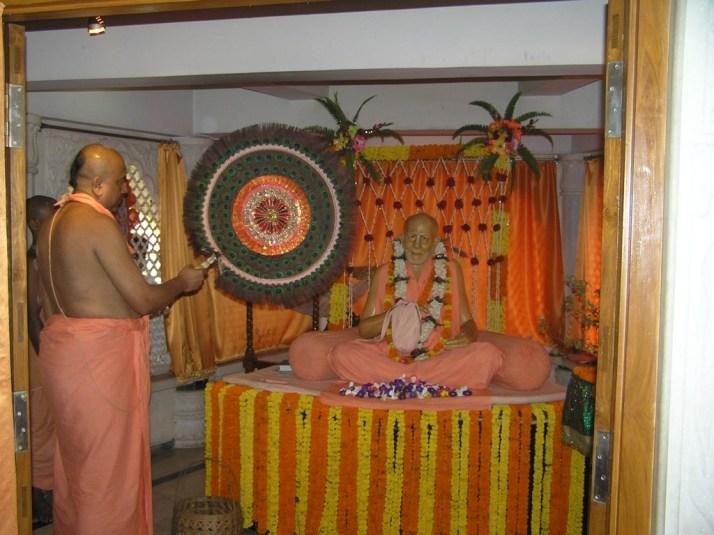 Srila BB Bodhayan Maharaj offering a fan to Srila BP Puri Goswami